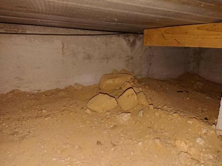 構造・工法・仕様 【床下写真】中古住宅の3大リスクである、雨漏り、主要構造部分の欠陥や腐食、給排水管の漏水や故障を2年間保証します。その前提で屋根裏まで確認の上でリフォームし、シロアリの被害調査と防除工事もおこないます。