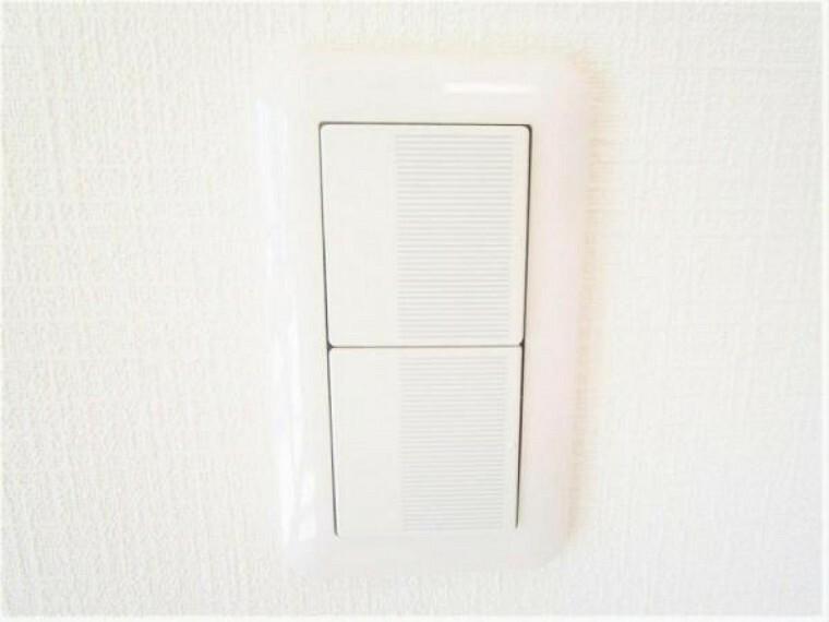 【同仕様写真】照明スイッチはワイドタイプに交換します。毎日手に触れる部分なので気になりますよね。新品できれいですし、見た目もオシャレで押しやすいです。