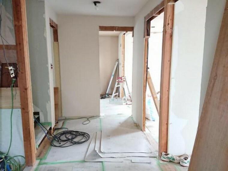 【リフォーム中】1階廊下は壁と天井のクロス張替えと、フローリングの重張りを行います。