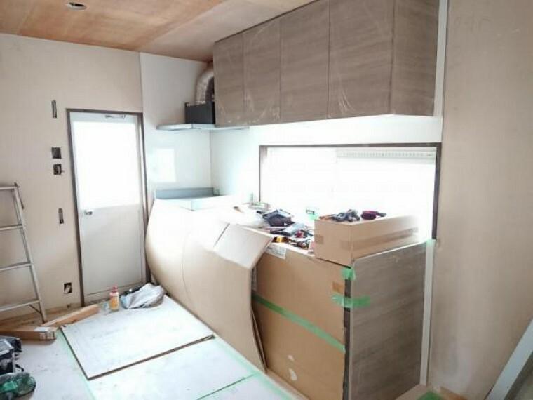 キッチン 【リフォーム中】キッチンスペースの様子です。キッチンスペースは食器棚や冷蔵庫も十分置けるスペースがあり、お料理がストレスなくできそうです。調理スペースの前には窓が付いているため、自然光が優しく手元を照らしてくれます。