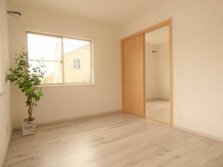 【洋室】どの居室も明るく通風良好です