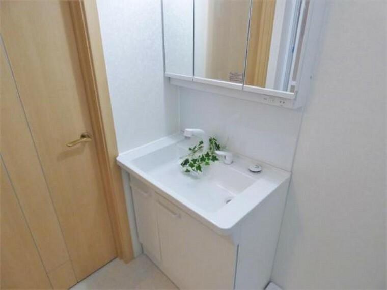 洗面化粧台 【洗面・脱衣所】3面鏡、シャワーヘッド付のスタイリッシュな洗面台