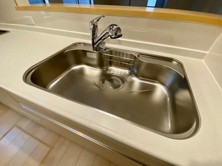 蛇口の先端に浄水器を内蔵。場所をとらない浄水器です。