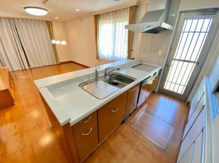 キッチン 開放感のあるオープンキッチンには便利な食洗機やIHクッキングヒーター搭載