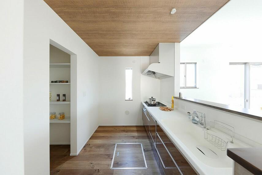 キッチン モデルハウス8号棟/キッチン  吊戸を排除し、LDKと一体感を実現したハイオープンキッチン。キッチンに合わせたお洒落な天井もリビングを華やかに彩ります。キッチン横に大型収納を設置しました。(※2021年5月撮影)