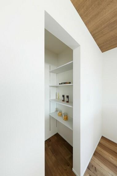 収納 モデルハウス8号棟/パントリー  調味料や保存食、キッチンアイテムまでミセスに嬉しい収納スペースをキッチン横にご用意しました。(※2021年5月撮影)