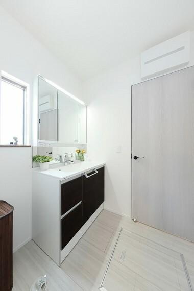 洗面化粧台 モデルハウス8号棟/洗面所  玄関から洗面所や浴室へすぐにアクセスでき、お部屋を汚すことなく服や体を洗えます。(※2021年5月撮影)