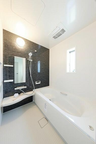 浴室 モデルハウス8号棟/浴室  雨の日に洗濯干しもできる、浴室暖房乾燥機付。広々として浴室で毎日の疲れを癒せます。(※2021年5月撮影)