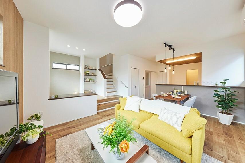 居間・リビング モデルハウス8号棟/リビング  家族の時間と、一人の時間を充実させる+α空間があるリビング。落ち着きあるフロアの配色と木目調のアクセントクロスがリビングの雰囲気を上品に演出します。(※2021年5月撮影)