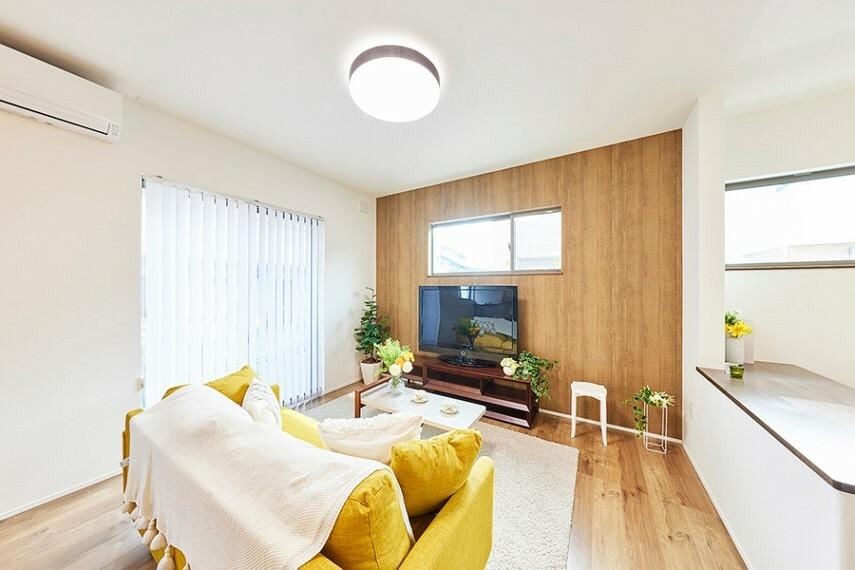 居間・リビング モデルハウス8号棟/リビング  ハイサッシから光がたっぷり降り注ぐ、明るいリビングです。お庭を眺めながら家族でゆったり寛げます。(※2021年5月撮影)