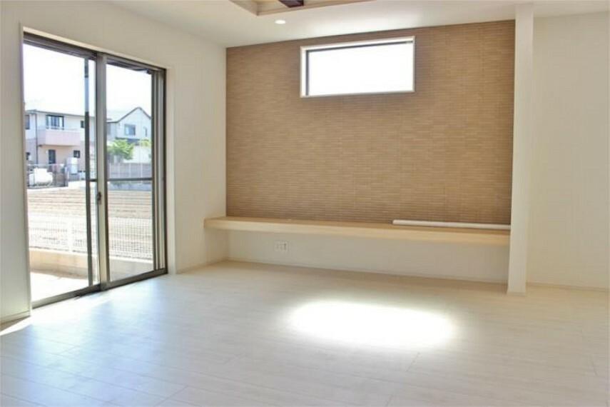 居間・リビング 開放感のある折り上げ天井と床暖房完備のくつろぎのLDK【写真は同仕様】