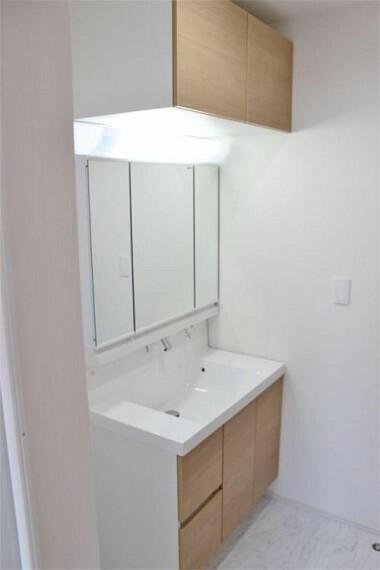 同仕様写真(内観) 収納付三面鏡で鏡で収納部分が隠せてスッキリした洗面台に!!【写真は同仕様】