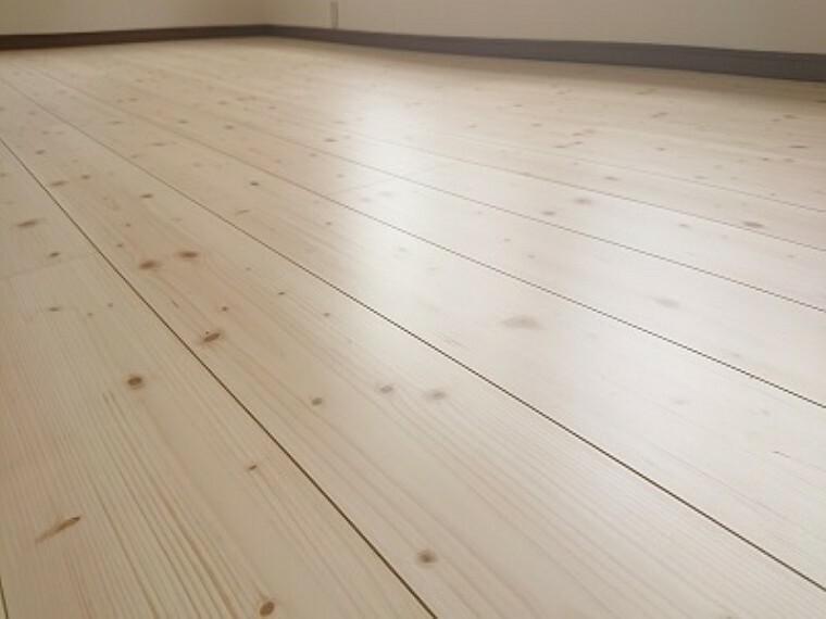 構造・工法・仕様 【同仕様写真】床材は住友クレスト様のシストS-Jです。ワックス不要・キャスター傷に強い・汚れに強くお手入れ簡単・床暖房、ペット対応等様々な特徴があります。