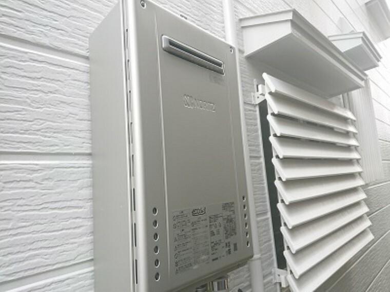 発電・温水設備 【同仕様写真】ノーリツ社製の給湯器に新品交換します。キッチン・お風呂・洗面台に温かいお湯を供給してくれる生活必需品です。「エコジョーズ」標準搭載で省エネタイプなので家計にも優しく奥様はうれしいですね。