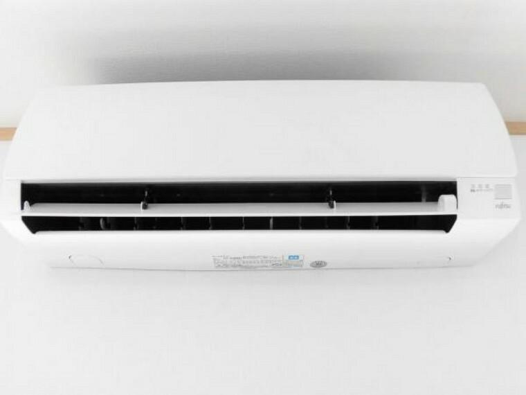 冷暖房・空調設備 【同仕様写真】リビングにはこれから始まる新生活を快適にサポートしてくれる、新品のエアコンを設置します。お引っ越しの際に家電の買い替えをご検討のご家族も、エアコン1台分の費用が浮きますよ。