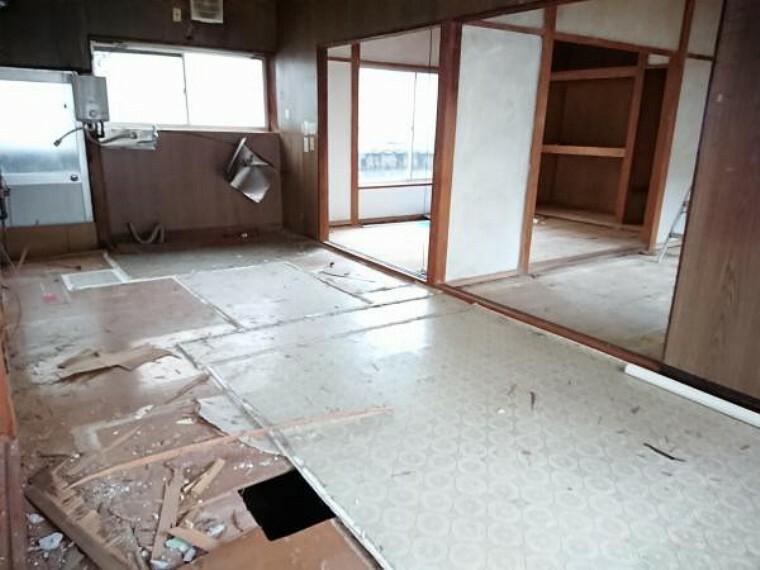 【リフォーム中】北東側和室はキッチン背面の空間として生かします。キッチンは対面キッチンを設置いたします。お子様の様子が見れたり、ご夫婦でのお話がしやすい形です。