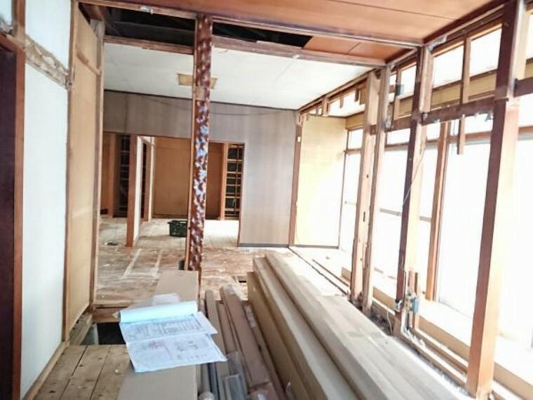 居間・リビング 【リフォーム中】和室とダイニングスペースを繋げLDKを造ります。対面キッチンでキッチン背面も180cmと広々とした空間となります。