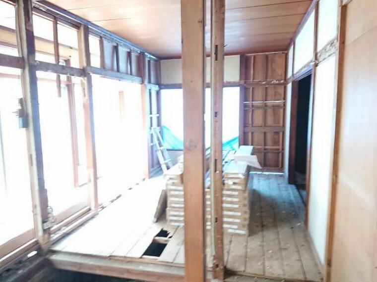 居間・リビング 【リフォーム中】和室は解体しLDKの一部にします。天井壁クロス張替え、照明交換、建具交換、床フローリング張替えを行います。南向きリビングで明るい空間です。