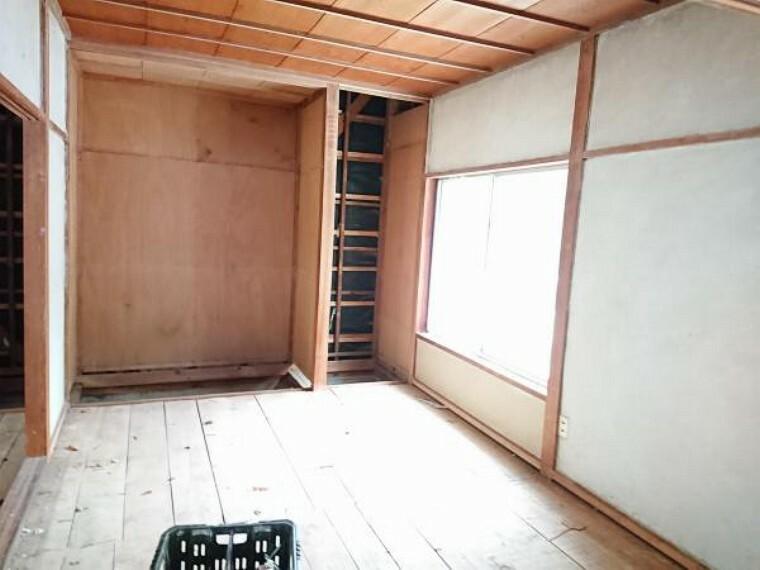 【リフォーム中】奥の和室二間は独立した洋室に変更します。床フローリング張替え、照明交換、建具交換、天井クロス張替えを行います。