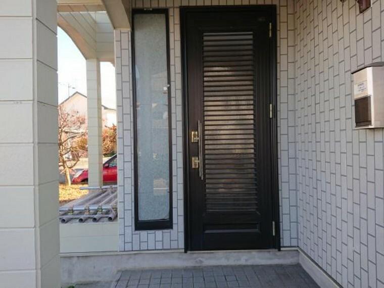 外観・現況 【リフォーム中写真】既存の玄関ドアです。クリーニングを施して鍵を新しく交換します。