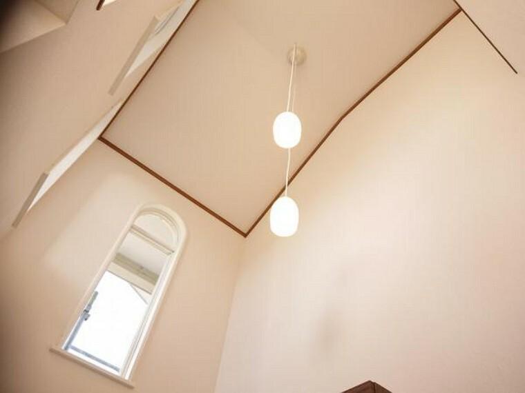 【リフォーム中写真】玄関ホール写真です。玄関上が吹き抜けになっており、とても開放感のある明るい玄関です。壁、天井のクロスを張替え、照明器具を交換します。