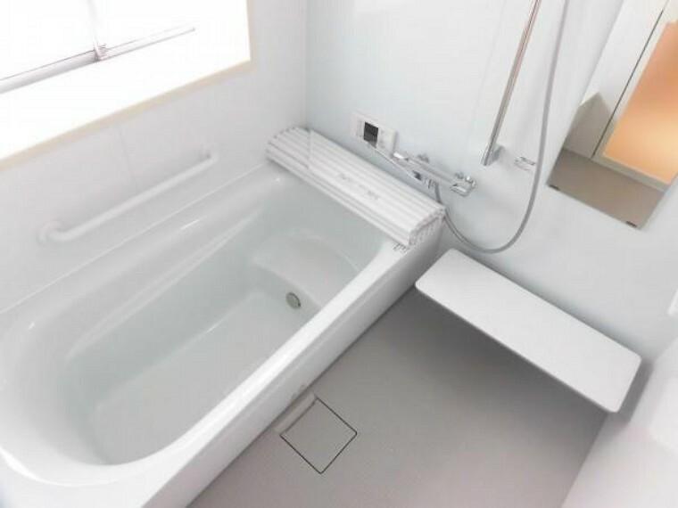 浴室 今回のリフォームで新品ユニットバスを設置しました。一坪サイズの大きさなので足を伸ばしてゆっくり浸かれます。暖房・乾燥機能があるのも嬉しいポイントですね。
