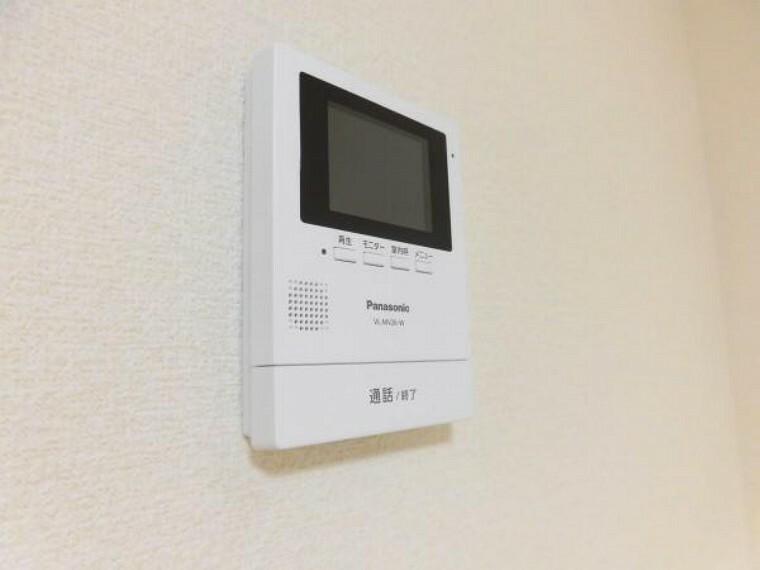 防犯設備 【同仕様写真】LDKにはセキュリティ面を考慮し、モニター付きインターホンを新設しました。不在時に来訪があっても録画機能で確認できるので便利ですよ。