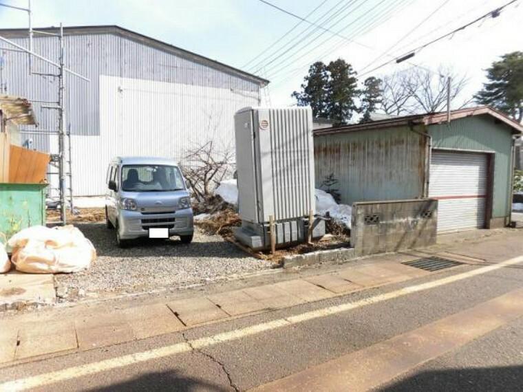 駐車場 【リフォーム中写真】門塀を解体し駐車スペースを作成しています。カースペースに並列二台、車庫に一台駐車できるので合計三台駐車可能です。