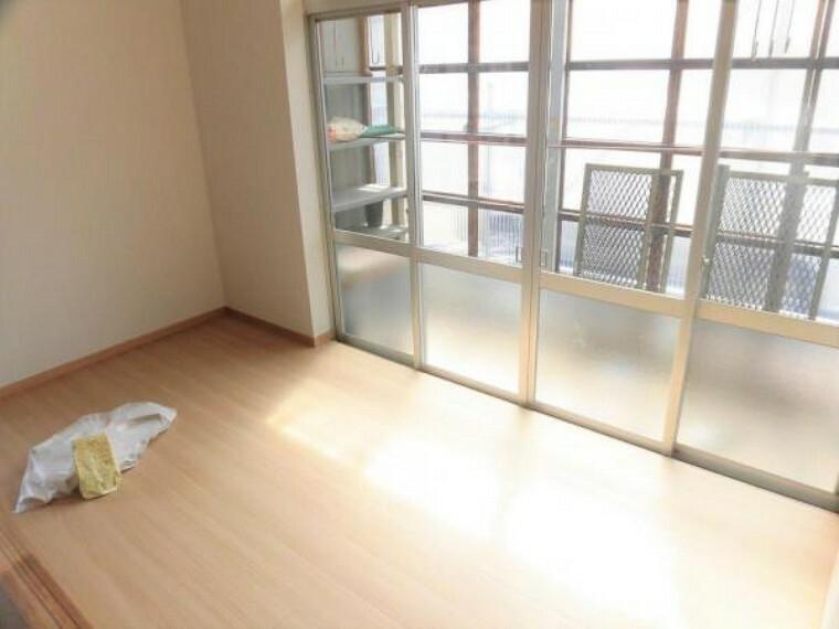 【リフォーム中写真】1階の広縁写真。壁紙と床材を新品交換しました。南向きなので洗濯物干し場としても便利ですよ。