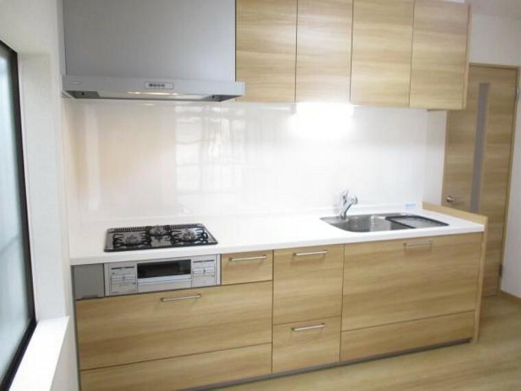 キッチン 【リフォーム中写真】キッチンは新品と交換しています。収納も多く浄水器付きなので便利ですよ。