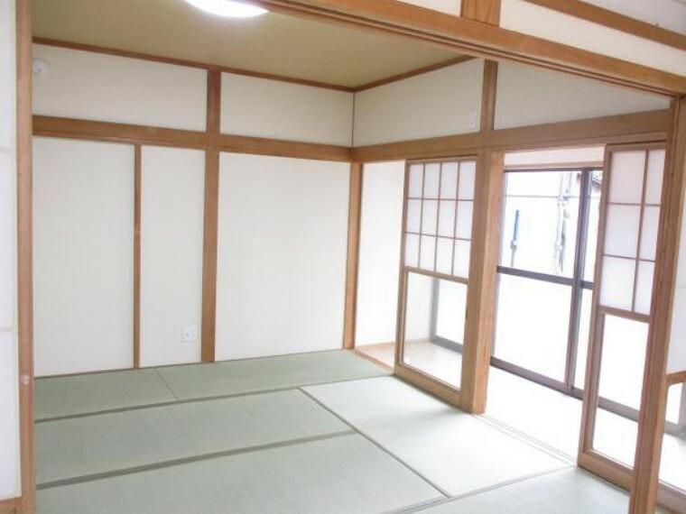 【リフォーム済写真】1階8畳和室写真。これから畳表替えと障子・襖張替え、壁紙交換を行い、和の空間にしています。広縁もあり開放感のある和室です。