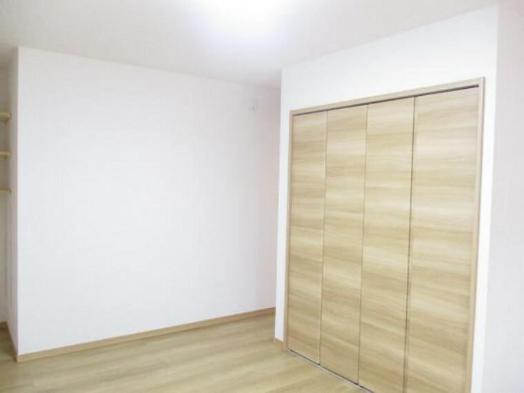 【リフォーム済写真】2階の9.5帖洋室写真。新品床材、壁紙交換を行いました。新品クローゼットを設置したので寝室や個人部屋としても使用できますよ。