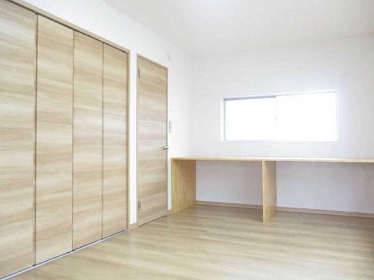 【リフォーム済写真】2階9帖洋室写真。壁紙と床材を新品交換し、クローゼットを新設しました。ピカピカの洋室にリフォームしています。デスクに利用できるスペースもあります。お子さんのお部屋に良いですね。