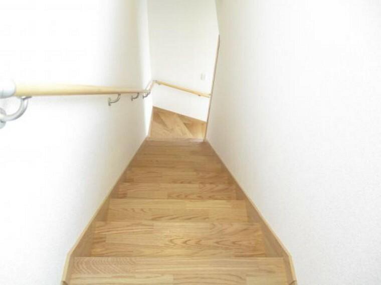 【リフォーム済写真】今回のリフォームで階段の架け替えを行いました。見た目がキレイになり傾斜も緩やかになるので上り下りする際の負担も軽減され、安全面も向上します。