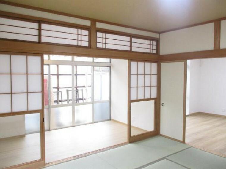 【リフォーム済写真】1階の広縁写真。壁紙と床材を新品交換しました。南向きなので洗濯物干し場としても便利ですよ。