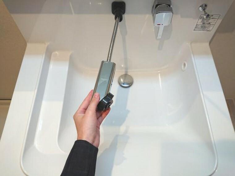 洗面化粧台 【同仕様写真/洗面化粧台】水栓はまわりに水たまりができない、壁に直接取り付けるタイプの水栓を採用しています。水栓ヘッドは引き出して使えるホース内蔵タイプでお掃除もラクラクです。