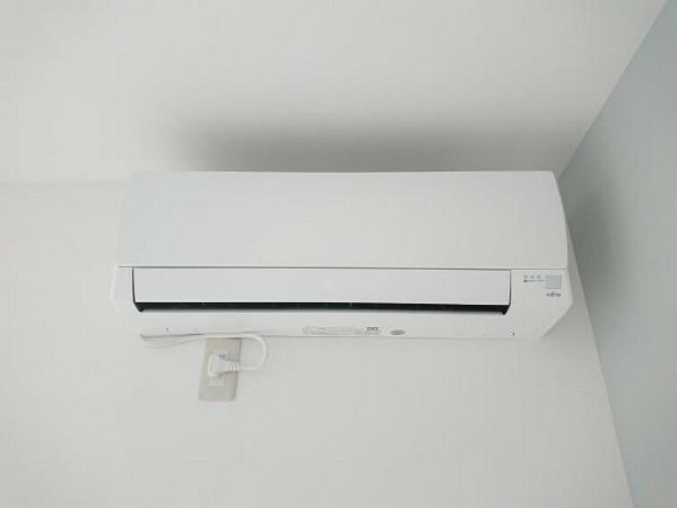 【同仕様写真/エアコン】リビングには新品のエアコンを設置しました。省エネ仕様で夏も冬も活躍します。お引越ししてすぐに使えるのが嬉しいですね。