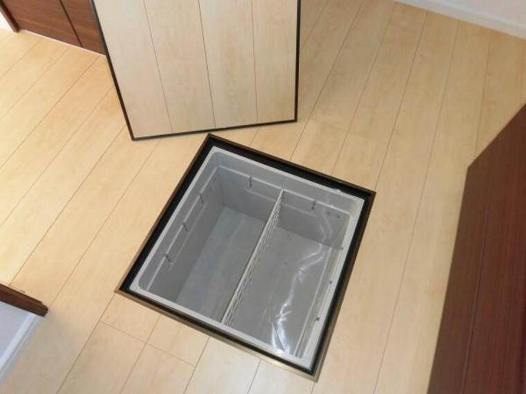 【同仕様写真/床下収納】床下収納も新しく取り替えます。食品等しまえて便利です。床下点検口も兼ねています。ご入居後の維持管理まで細かく気を配ってリフォームしています。