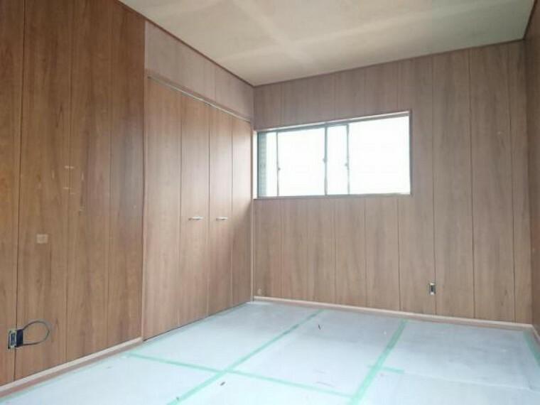 【リフォーム中/2階洋室(約7.5帖)】フローリング重貼り、クロス張替、建具交換を行います。