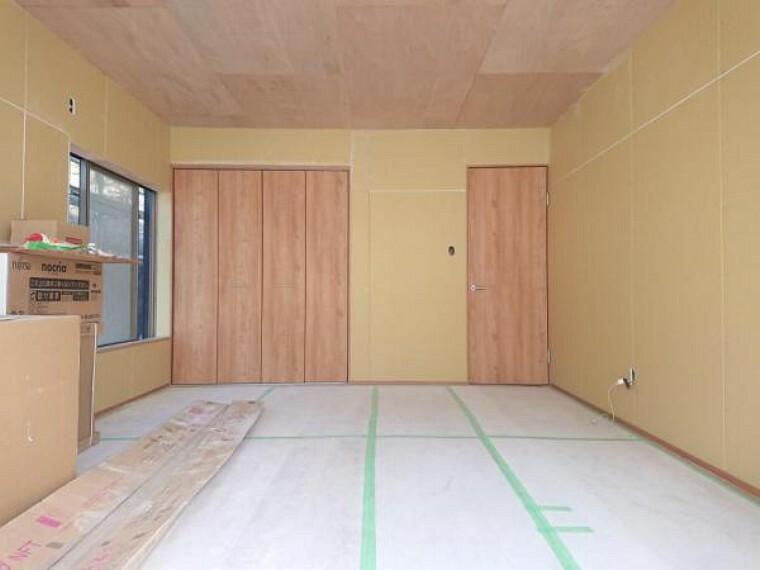 【リフォーム中/1階洋室】現在和室になっておりますが、洋室へとリフォーム致します。南側の窓から日の光が差し込む明るいお部屋となります。ご夫婦の主寝室などにいかがでしょうか。