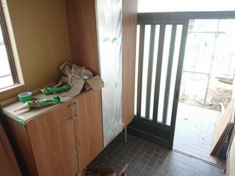 玄関 【リフォーム中/玄関ホール】シューズボックスの交換を行います。鏡付きのため身だしなみチェックにも使えますよ。玄関土間はフロアタイル重貼りを行います。