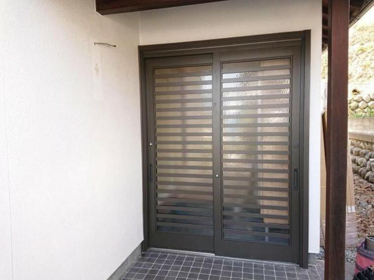 玄関 【リフォーム中/玄関】玄関引き戸も新品交換致します。お家の顔ともいえる玄関ドアが新品なのは嬉しいですね。