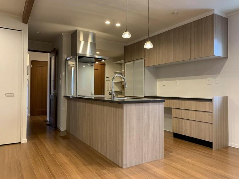 キッチン 人造大理石天板のお洒落なカウンターキッチン