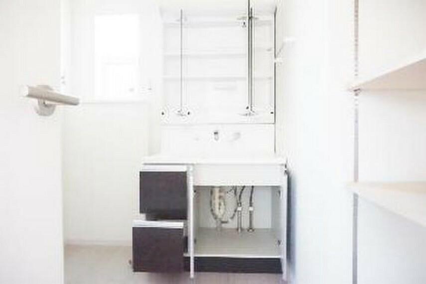 洗面化粧台 洗面台の下に、日用品のストックを収納できますね。