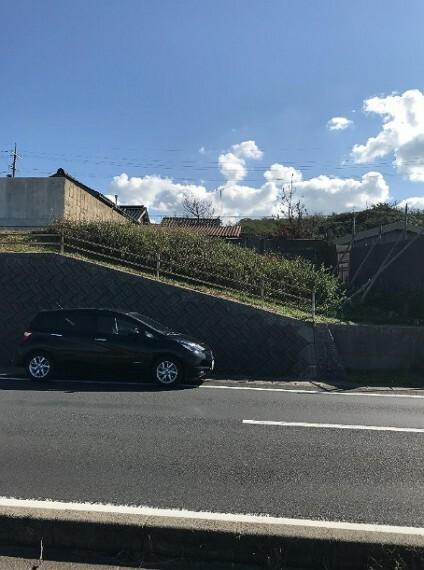 外観・現況 前面道路も広いので車の出入りもしやすいです。
