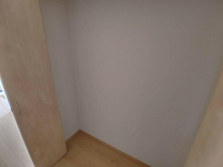 収納 1階物入 ワイドな物入なので掃除機や日用品が収納できます。