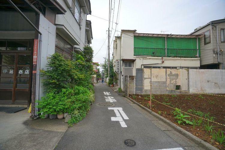 現況写真 西側の前面道路は車通りも少なく、落ち着いた環境となっております。