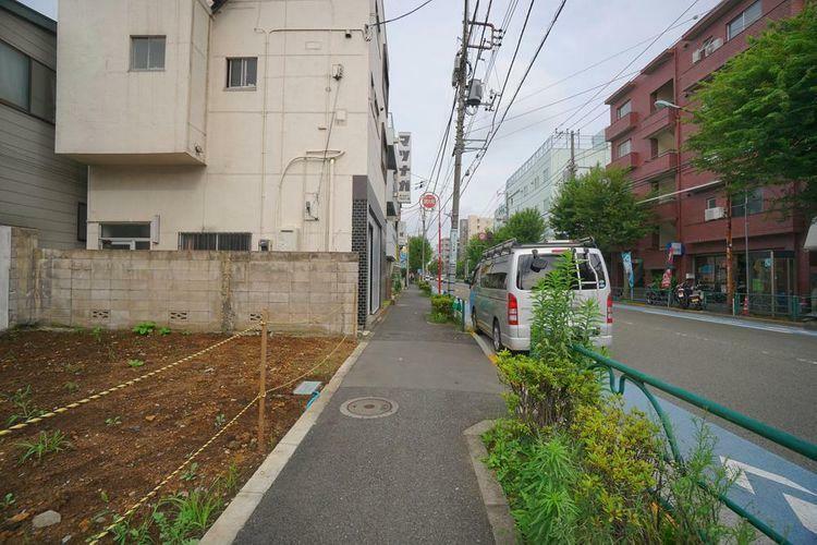 現況写真 南側は早稲田通り沿いとなっており幅員約15mと広く、きれいに整備された道路です。