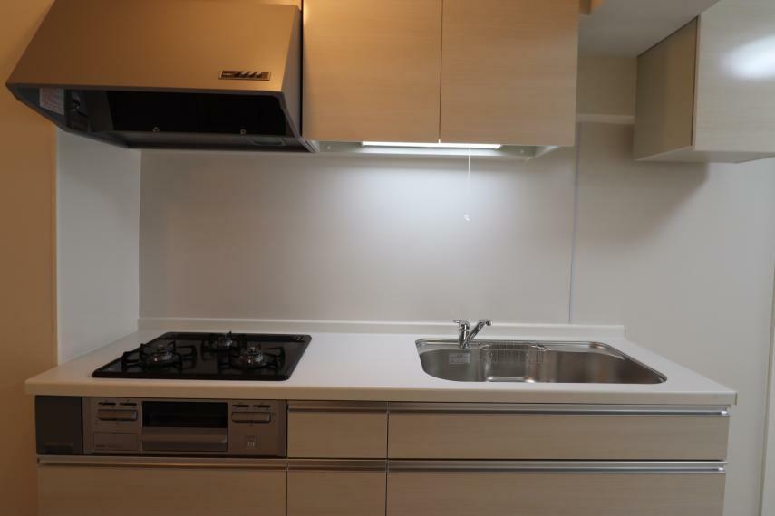 キッチン 【キッチン】 3口コンロのキッチンで、お料理の幅が広がります。収納力も豊富です。 (2020年11月撮影)