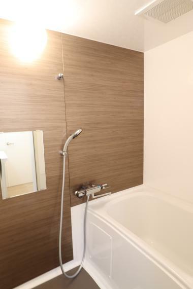 浴室 【浴室】 木目調のおちついた浴室で、ゆっくり疲れを癒せます。(2020年11月撮影)